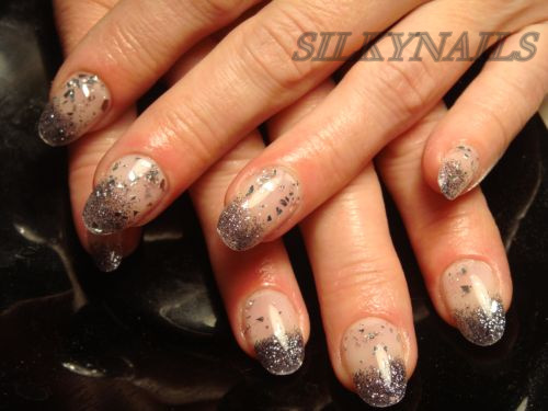 Дизайн ногтей с синими блестками фото